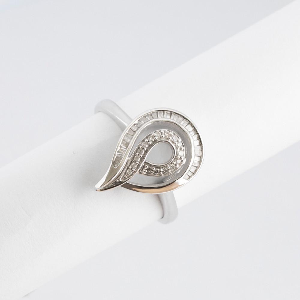خاتم ذهب أبيض مع ألماس باجيت