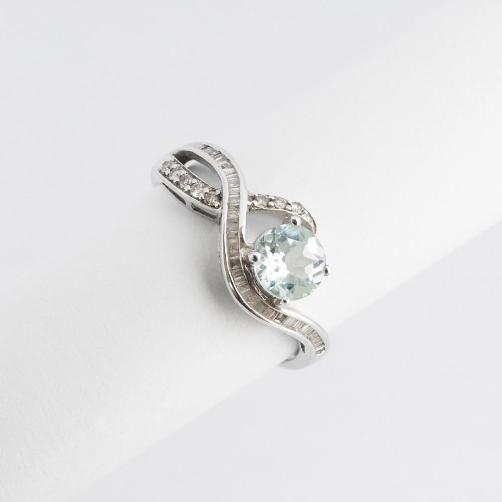 خاتم ذهب أبيض مع الماس باقيت وحجر كريم