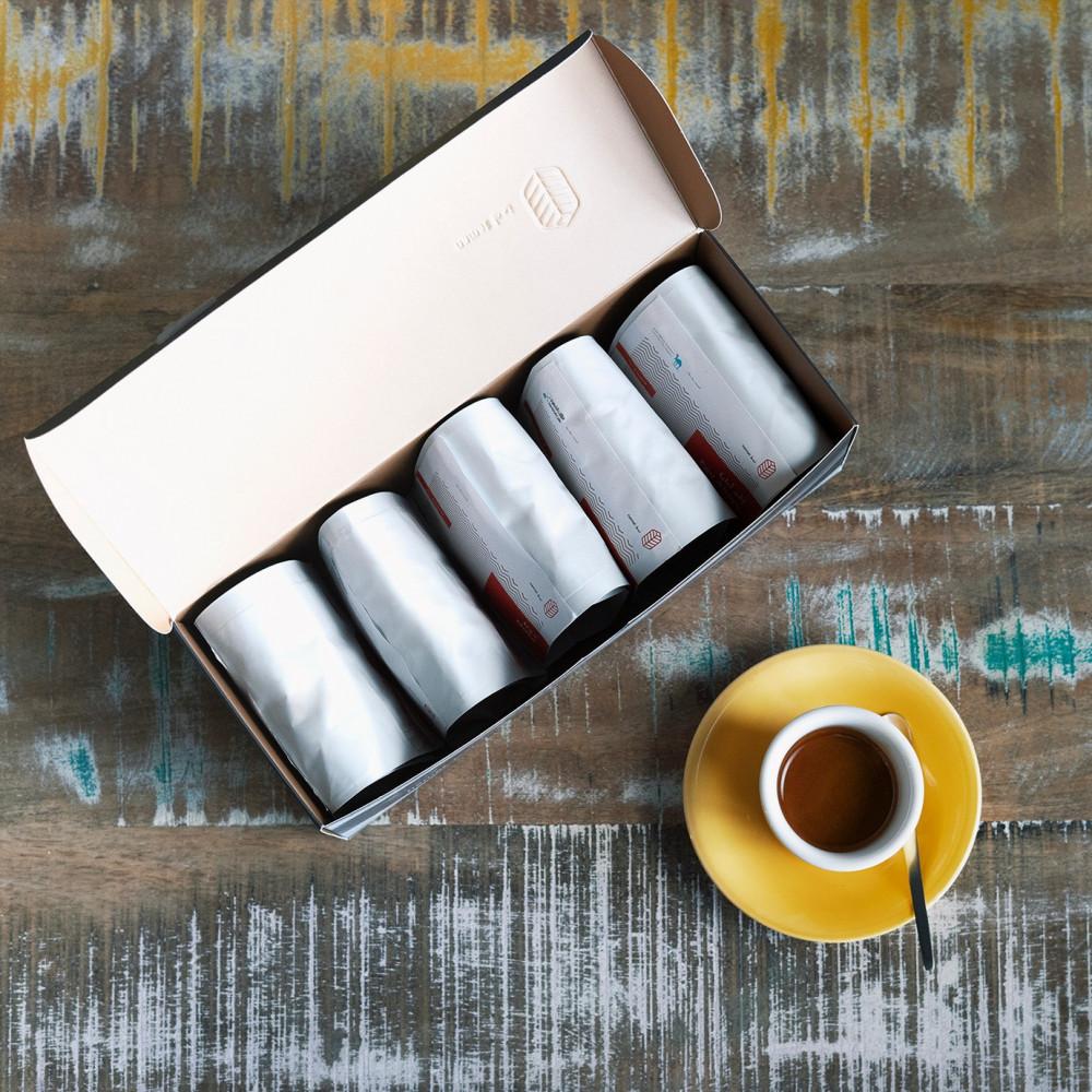 صندوق نمط يحتوي على 5 أكياس قهوة مختصة بحجم 500 جرام