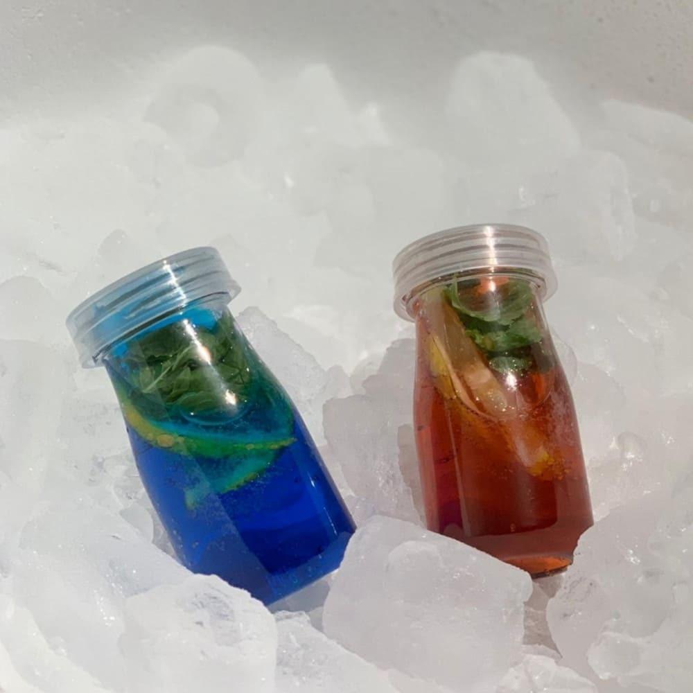 علب عصير بلاستيك