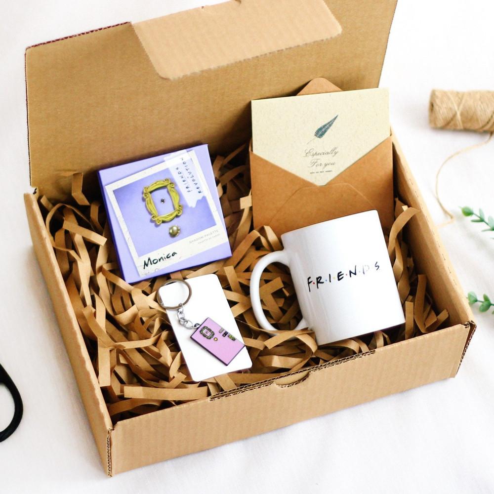 صندوق هدية لعشاق مسلسل فريندز مونيكا هدايا شخصيات مسلسل فريندز ميدالية