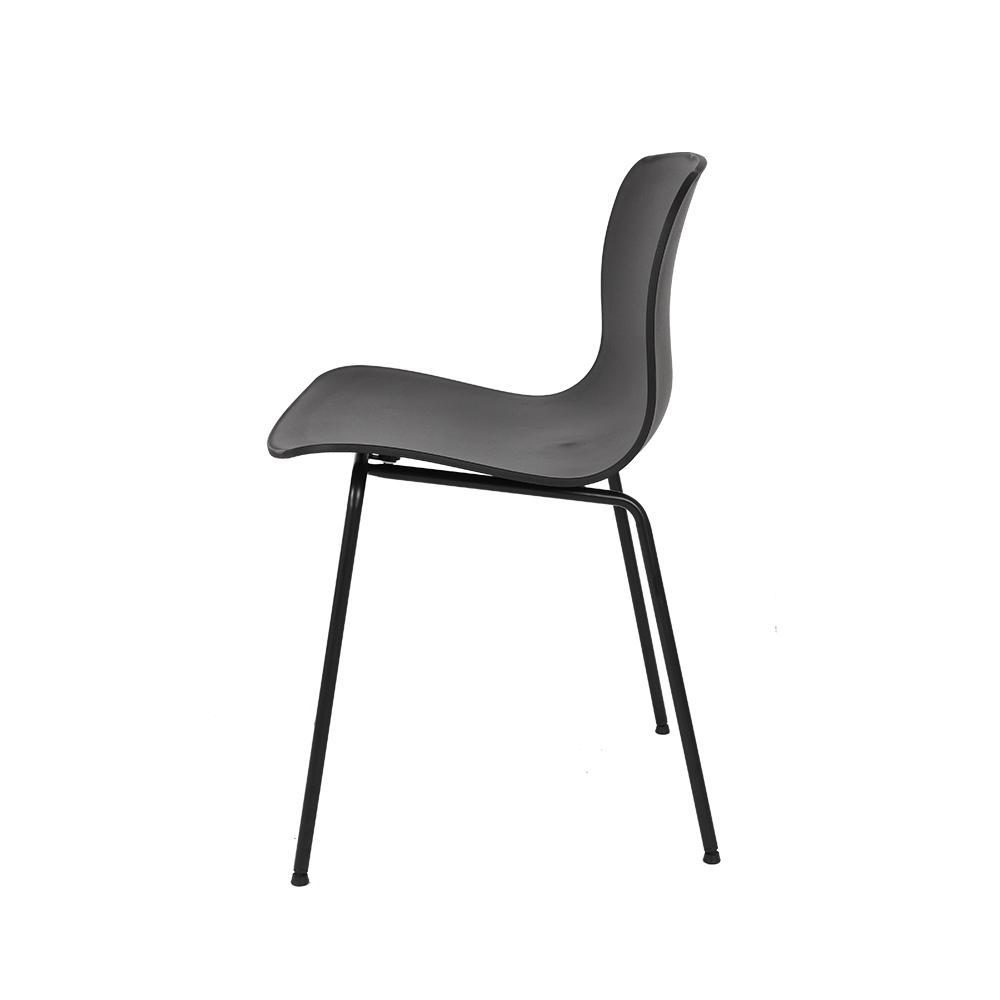 كرسي لون أسود NEAT HOME يوتريد بتصميمه الذي يجمع بين الفخامة والجمال