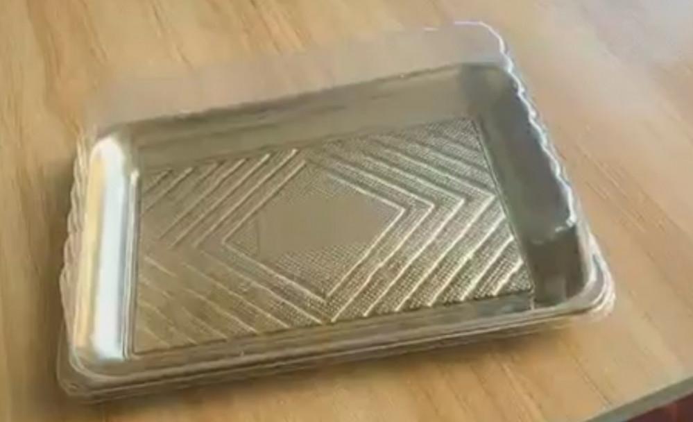 صحن كيك ذهبي مربع مع غطاء شفاف وسط 4 حبات