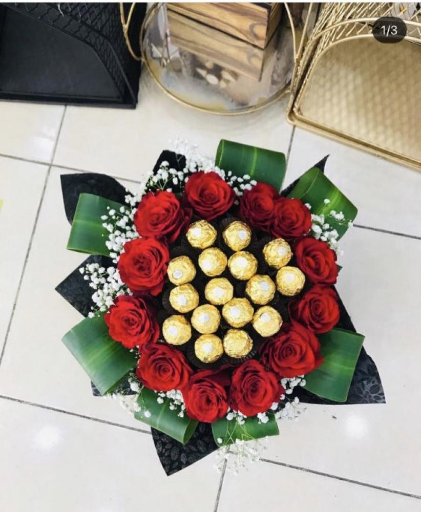 باقة ورد احمر جوري مع حلا فروشي الذهبي غلاف اسود Fayrouz Flowerفيروز فلاور