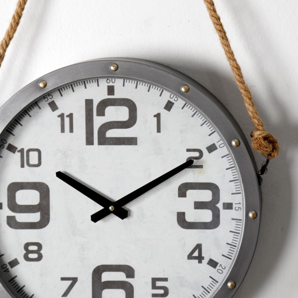 صورة موضحة ساعة حائط أنتيكة موديل روبي دائرية بحبل قديمة صناعة معدنية