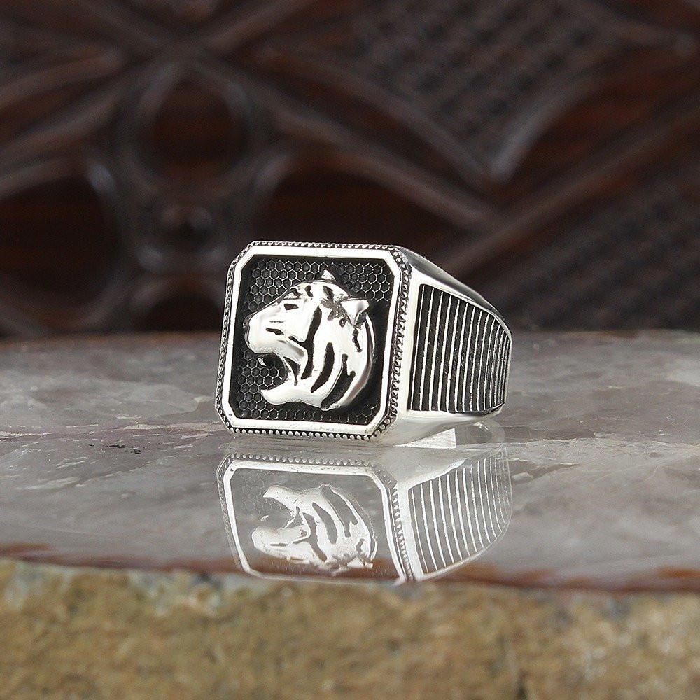 خاتم بصياغة راقية شكل وجه النمر