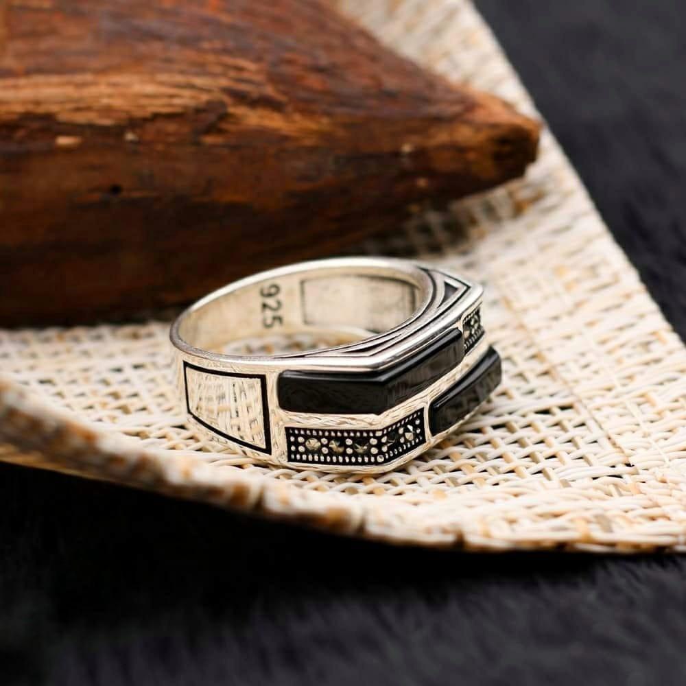 خاتم راقي بحجر أونكس وفصوص زركون مميزة