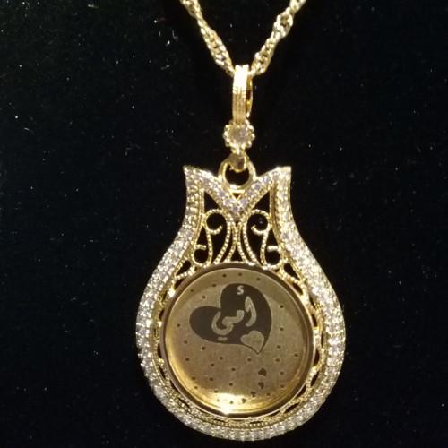قلادة اكسسوار ذهبي منقوش عليها كلمة أمي