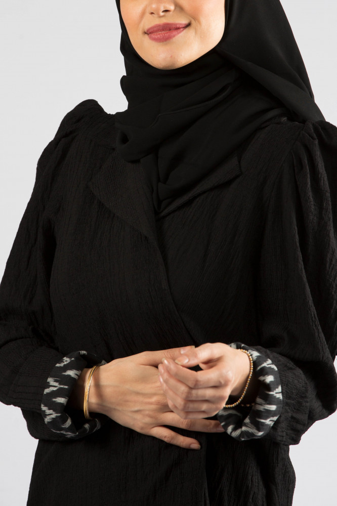 عباية بقماش مشجر بياقة جاكيت بتصميم منفوش وبقلاب ابيض واسود