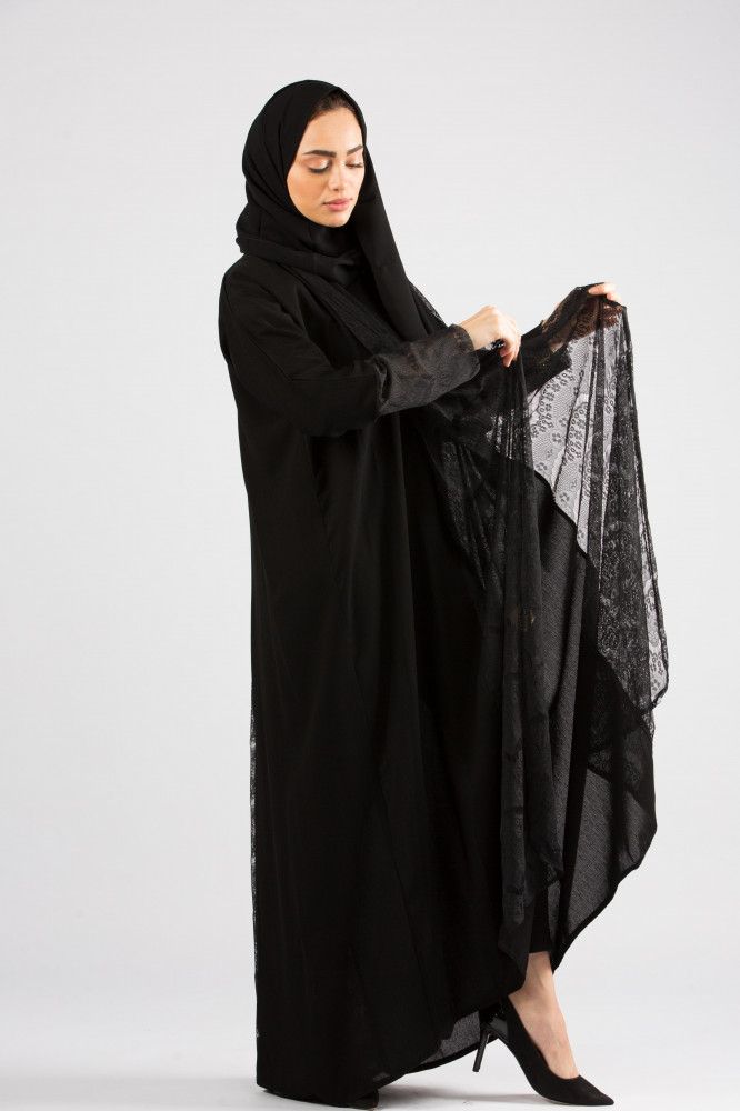 عباية سوداء كريب مزينة بدانتيل